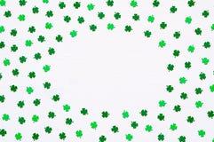 圣帕特里克` s与绿色quatrefoils的天背景在白色背景,圆的边界 图库摄影
