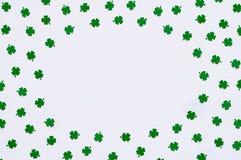 圣帕特里克` s与绿色quatrefoils的天背景在白色背景,文本的圆的边界 库存照片