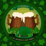 圣帕特里克` s天啤酒与两木啤酒mag、三叶草和绿色帽子的党邀请 免版税库存图片