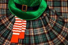 圣帕特里克` s天服装帽子妖精假日绿色苏格兰男用短裙礼物爱尔兰语栓心脏棕色3月袜子 免版税库存图片