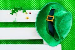 圣帕特里克` s天服装帽子妖精爱尔兰绿色白色背景三叶草三叶草 库存图片