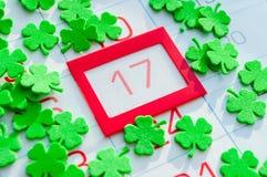 圣帕特里克` s天欢乐背景 包括日历的绿色quatrefoils用桔子构筑了3月17日 免版税库存照片