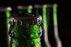 圣帕特里克` s日 在瓶的新鲜的绿色啤酒有凝析油下落的在黑背景的 概念:客栈,圣帕特里克` s天c 免版税库存图片