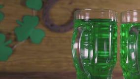 圣帕特里克` s日 绿色啤酒和三叶草 影视素材