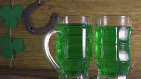 圣帕特里克` s日 绿色啤酒和三叶草 股票视频