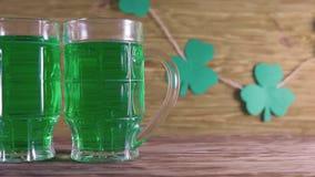 圣帕特里克` s日 绿色啤酒和三叶草 股票录像