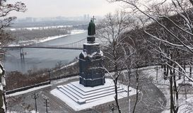 圣弗拉基米尔的纪念碑浸礼会教友在基辅,站立在Dnieper上 冬天 免版税图库摄影