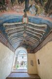 圣弗朗切斯科女修道院在一个夏天早晨,在塔利亚科佐, L `天鹰座,阿布鲁佐,中央意大利省  库存照片