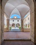 圣弗朗切斯科女修道院在一个夏天早晨,在塔利亚科佐, L `天鹰座,阿布鲁佐,中央意大利省  免版税库存照片