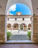 圣弗朗切斯科女修道院在一个夏天早晨,在塔利亚科佐, L `天鹰座,阿布鲁佐,中央意大利省  图库摄影