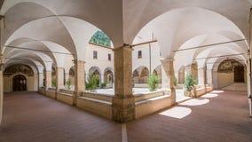 圣弗朗切斯科女修道院在一个夏天早晨,在塔利亚科佐, L `天鹰座,阿布鲁佐,中央意大利省  免版税库存图片
