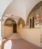 圣弗朗切斯科女修道院在一个夏天早晨,在塔利亚科佐, L `天鹰座,阿布鲁佐,中央意大利省  库存图片
