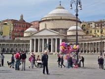 圣弗朗切斯科di Paola,那不勒斯,意大利广场的人们  库存图片