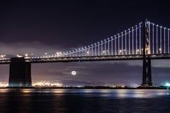 圣弗朗西斯科奥克兰海湾桥梁在晚上 免版税图库摄影