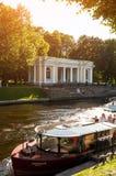 圣彼得堡、俄罗斯- Rossi亭子在迈克尔庭院和Moika河里有游船的 库存图片