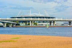 圣彼得堡体育场天顶在Krestovsky海岛上的橄榄球场在桥梁和海湾后 免版税库存照片