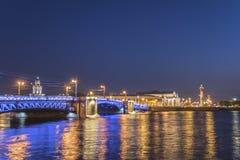圣彼得堡俄罗斯夜在宫殿桥梁的城市地平线 库存图片