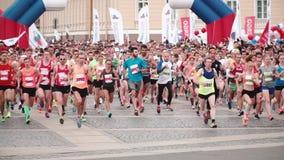 圣彼得堡俄罗斯, 2017年7月9日-一场大城市马拉松的开始 专业赛跑者慢动作大人群  股票录像