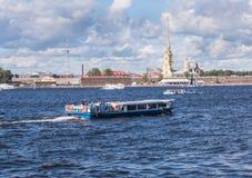 圣彼得堡俄罗斯Septembert 05日2016年:游览小船在背景中是彼得和保罗堡垒在圣彼德堡,俄罗斯 免版税库存照片
