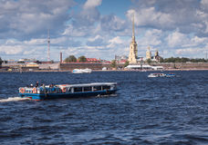 圣彼得堡俄罗斯Septembert 05日2016年:游览小船在背景中是彼得和保罗堡垒在圣彼德堡,俄罗斯 图库摄影
