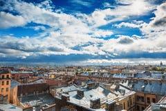圣彼得堡全景、看法从屋顶在老城市的中心或街市,剧烈的天空,房子,天际屋顶  图库摄影