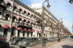 圣彼得堡的历史中心的街道在晴天 库存照片