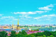 圣彼得堡镇从圣以撒` s大教堂圣彼得堡俄罗斯柱廊的都市风景视图  图库摄影