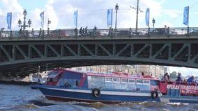圣彼得堡,俄罗斯, 2017年6月21日 开汽车有漂浮在河道的游人的船在圣徒的桥梁下 股票视频