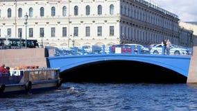 圣彼得堡,俄罗斯, 2017年6月21日 有漂浮在河道的游人的小船在圣徒的桥梁下 股票视频