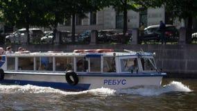 圣彼得堡,俄罗斯, 2017年6月21日 漂浮在河道的小船在圣彼得堡 3840x2160 股票录像