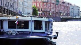 圣彼得堡,俄罗斯, 2017年6月21日 漂浮在河道的小船在圣彼得堡 3840x2160 影视素材