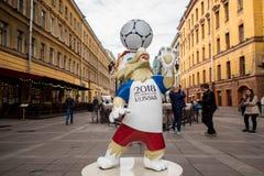 圣彼得堡,俄罗斯- 2018年6月08日:世界杯的标志在圣彼德堡街道上的  免版税库存图片