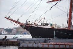 圣彼得堡,俄罗斯- 2014年11月04日:在施密特陆军中尉的堤防的STS谢多夫 库存照片