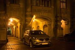 圣彼得堡,俄罗斯- 2014年11月03日:在第一Russian Insurance Company的房子附近entance的未知的汽车  免版税库存图片