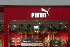 圣彼得堡,俄罗斯- 2018年9月10日:在购物中心的商店美洲狮 抽象背景黑色公司要素徽标 免版税库存照片