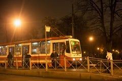 圣彼得堡,俄罗斯- 2014年11月03日:夜电车在中心圣彼得堡 库存照片