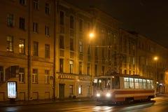 圣彼得堡,俄罗斯- 2014年11月03日:夜电车在中心圣彼得堡 免版税库存照片