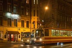圣彼得堡,俄罗斯- 2014年11月03日:夜电车在中心圣彼得堡 免版税图库摄影