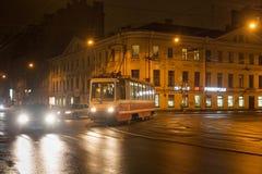 圣彼得堡,俄罗斯- 2014年11月03日:夜电车在1924年和1991之间的中心圣彼得堡命名了列宁格勒 免版税图库摄影