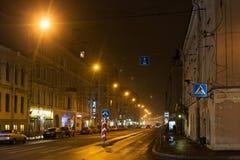圣彼得堡,俄罗斯- 2014年11月03日:夜街道在圣彼德堡Petrogradsky区  图库摄影