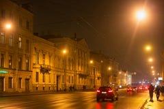 圣彼得堡,俄罗斯- 2014年11月03日:夜街道在圣彼德堡Petrogradsky区  免版税图库摄影