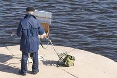 圣彼得堡,俄罗斯- 2018年4月15日:未知的艺术家画 免版税图库摄影