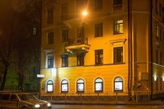 圣彼得堡,俄罗斯- 2014年11月03日:老大厦在晚上在中心圣彼得堡 免版税图库摄影