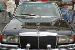 圣彼得堡,俄罗斯- 2018年8月25日:老汽车游行对报纸论据和事实的第40周年的 Merc 库存照片