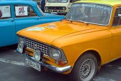 圣彼得堡,俄罗斯- 2018年8月25日:老汽车游行对报纸论据和事实的第40周年的 Mosk 库存照片