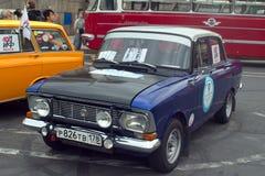 圣彼得堡,俄罗斯- 2018年8月25日:老汽车游行对报纸论据和事实的第40周年的 Mosk 免版税库存照片