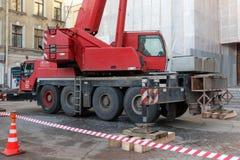 圣彼得堡,俄罗斯- 2017年12月14日:运转在城市环境里的红色挖掘机 免版税库存照片