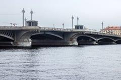 圣彼得堡,俄罗斯- 2014年11月02日:通告桥梁的看法 库存照片