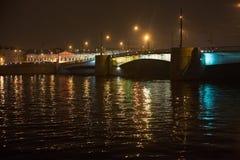 圣彼得堡,俄罗斯- 2014年11月03日:Tuchkov桥梁夜视图  库存照片