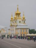 圣彼得堡,俄罗斯- 6月,盛大宫殿2016个法院教会在Peterhof 免版税库存照片